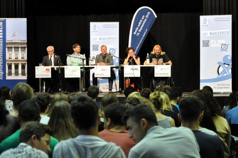 Podium Luise-Henriette-Gymnasium - v.l.n.r.: Frank Zimmermann, SPD; Dirk Behrendt, Grüne; Markus Klaer, CDU; Katrin Möller, Die Linke; Simon Kowalewski, Piraten (Foto: It's Your Choice / DSA youngstar)